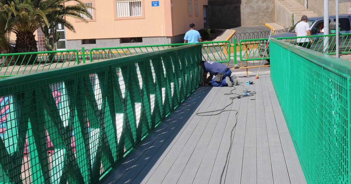 Mogán instala una nueva pasarela peatonal en El Timonel